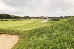 Zicht op hole 9 en het clubhuis van Golfbaan The Dutch in Spijk