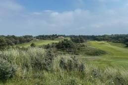 Zicht op hole 11 en 13 van de Noordwijkse Golfclub