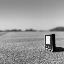 Teemarker van Golfbaan The Dutch in Spijk in zwartwit