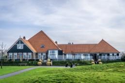 Het clubhuis van Golfbaan Dirkshorn